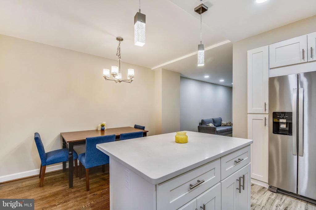 The open kitchen overlooks the dining space - 3022 S ABINGDON ST, ARLINGTON
