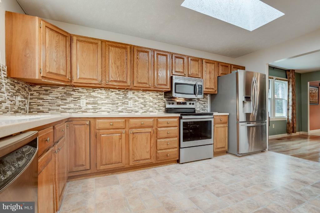 Kitchen with stainless steel appliances - 34877 HARRY BYRD HWY, ROUND HILL
