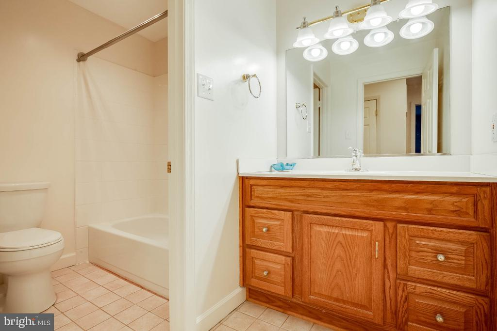 Hall full bathroom - 34877 HARRY BYRD HWY, ROUND HILL