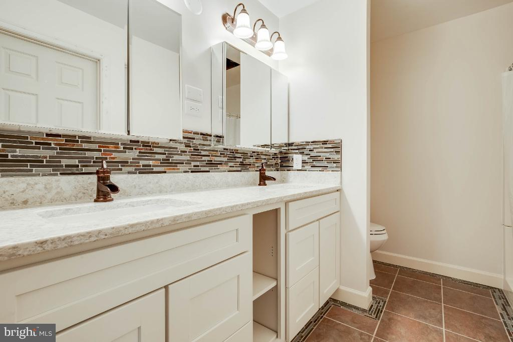 Renovated master bathroom - 34877 HARRY BYRD HWY, ROUND HILL