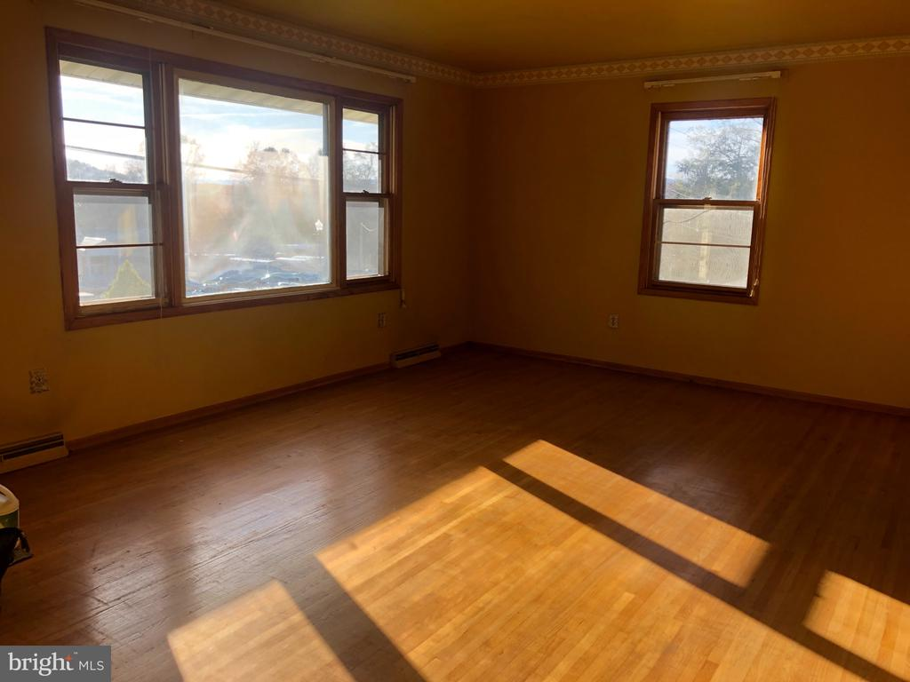Lightfilled living room with Mountain View. - 120 E CRISER RD, FRONT ROYAL