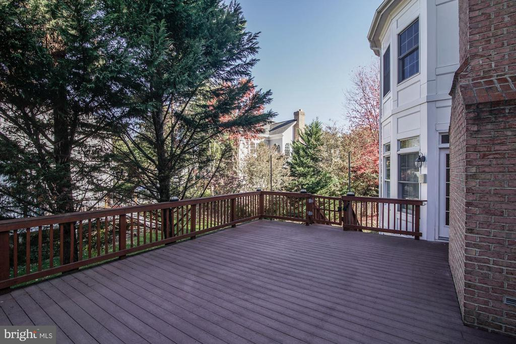 Outdoor Entertaining with Ease - 7310 BEVERLY MANOR DR, ANNANDALE