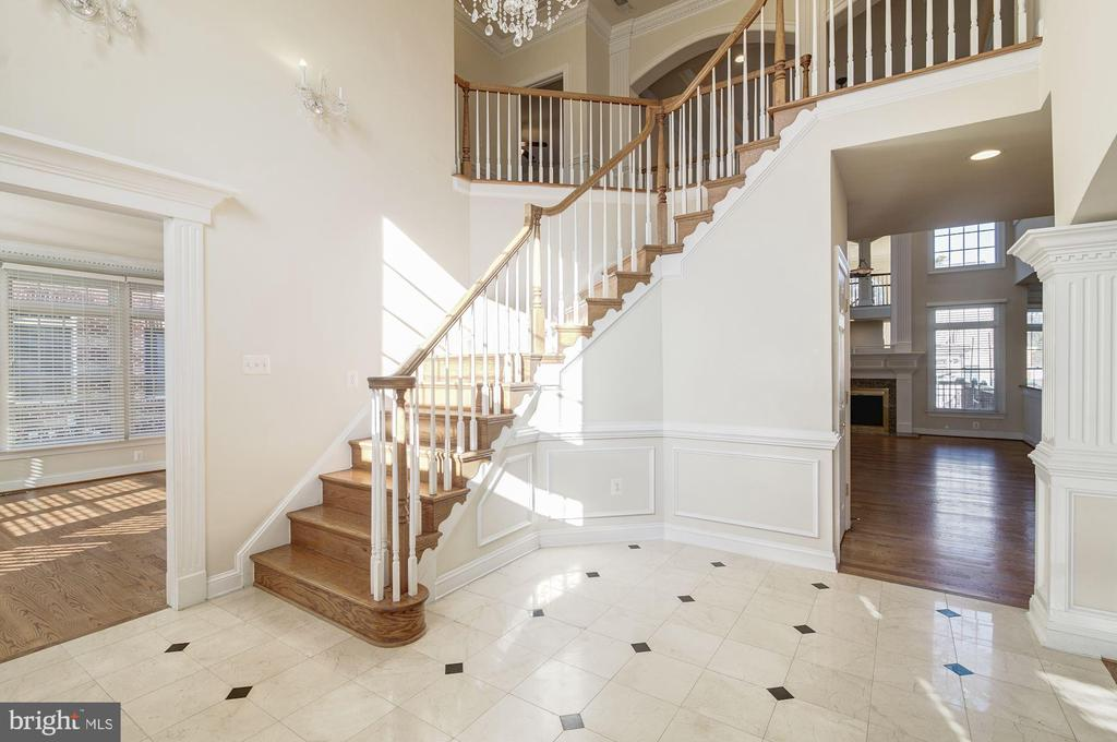 Foyer / Reception - 7310 BEVERLY MANOR DR, ANNANDALE