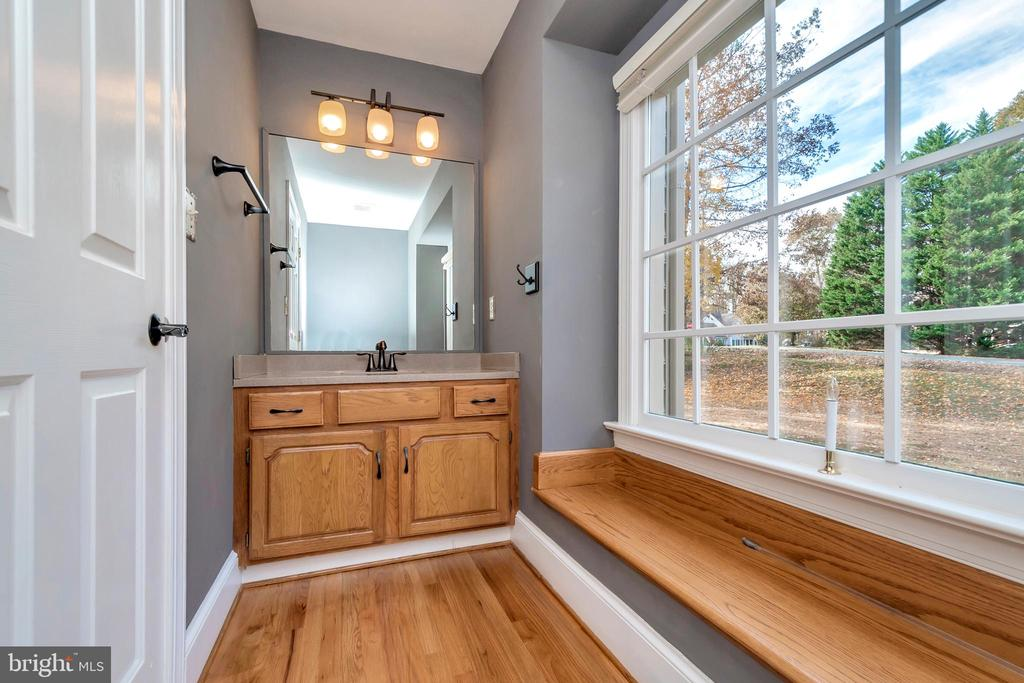 Large main floor powder room with window seat - 11801 DUCK CIR, SPOTSYLVANIA