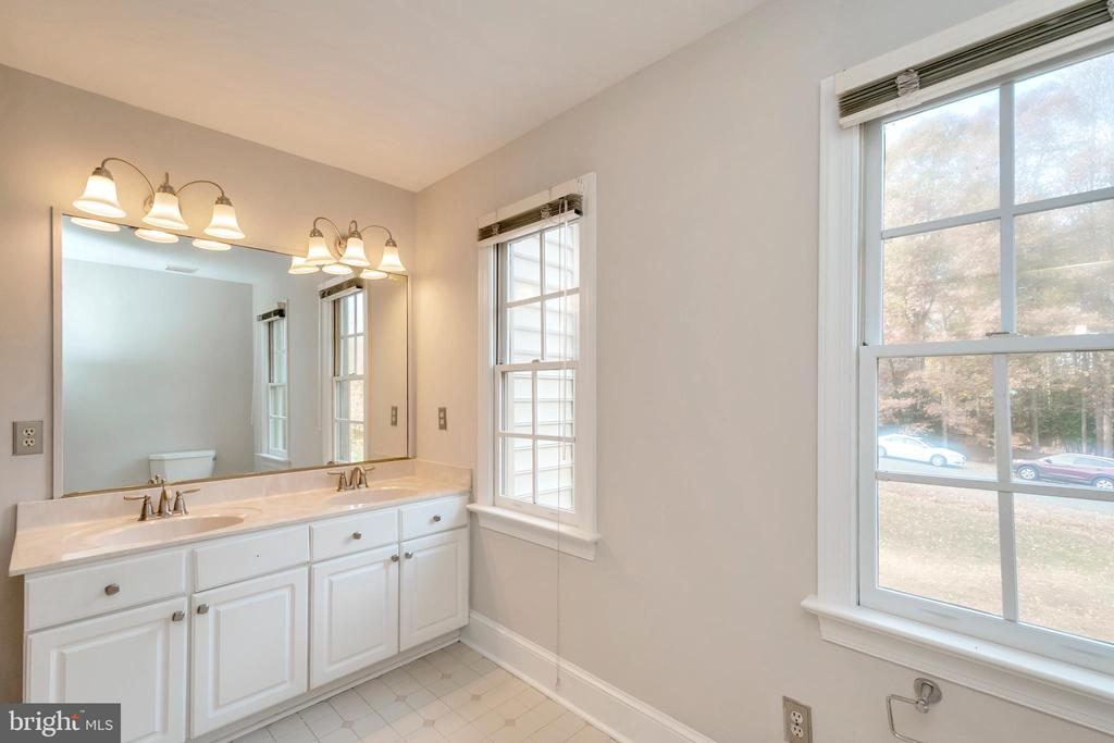 Upper level hall bath - 11801 DUCK CIR, SPOTSYLVANIA