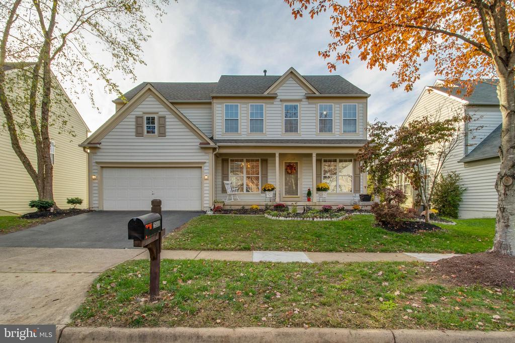 Welcome Home! Just in time for the Holidays! - 25565 UPPER CLUBHOUSE DR, CHANTILLY