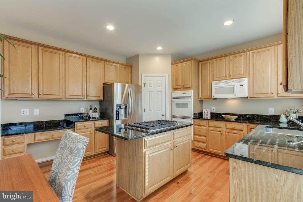 Granite Counters, Island, & Recipe Planning Desk - 25565 UPPER CLUBHOUSE DR, CHANTILLY
