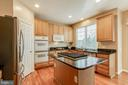Gourmet Kitchen with 5 Burner Gas Cooktop - 25565 UPPER CLUBHOUSE DR, CHANTILLY