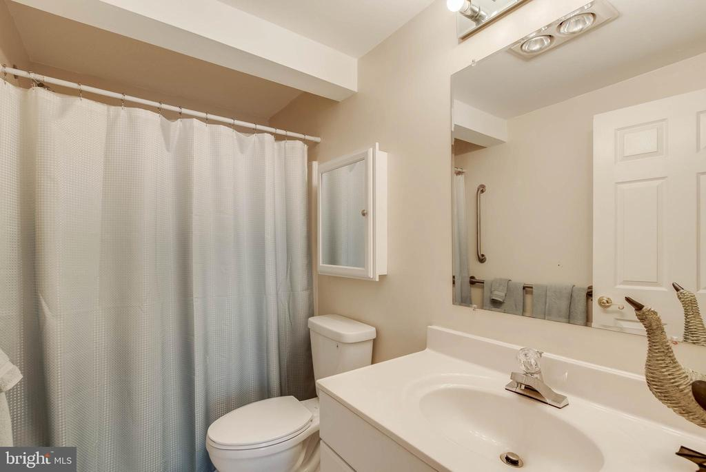 Full Bath on Lower Level, Ideal for Guests - 25565 UPPER CLUBHOUSE DR, CHANTILLY