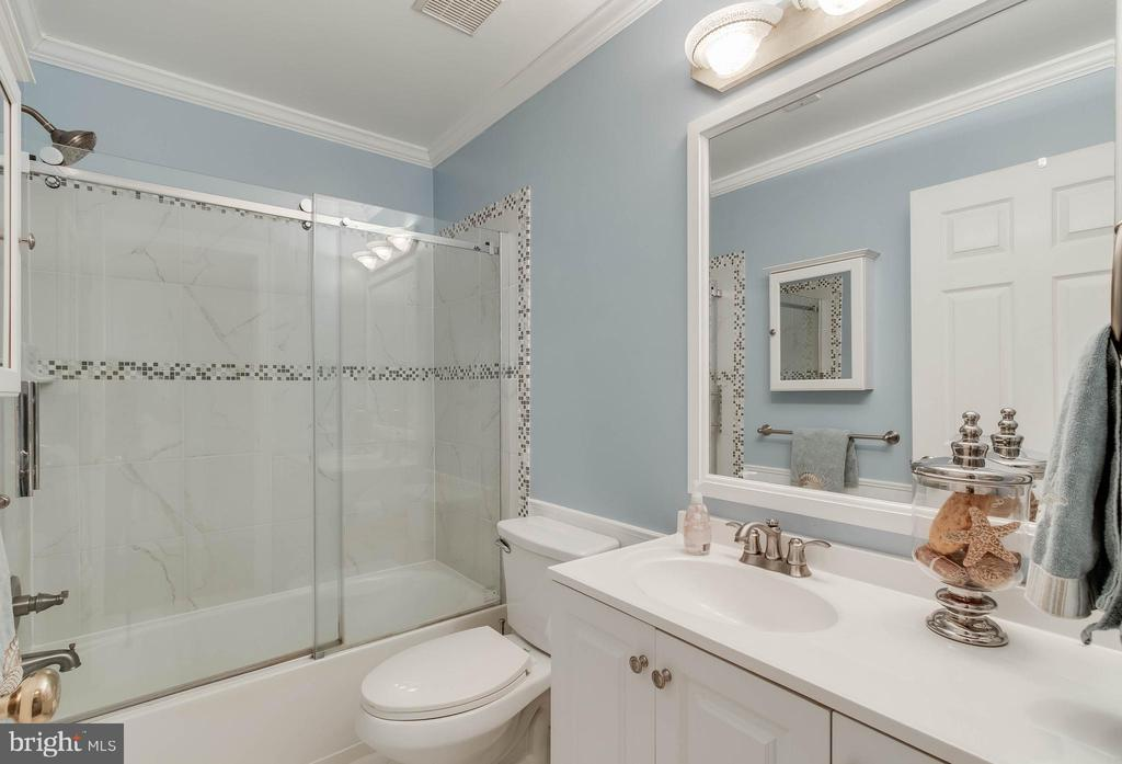 Updated Upper Level Hall Bath - 25565 UPPER CLUBHOUSE DR, CHANTILLY