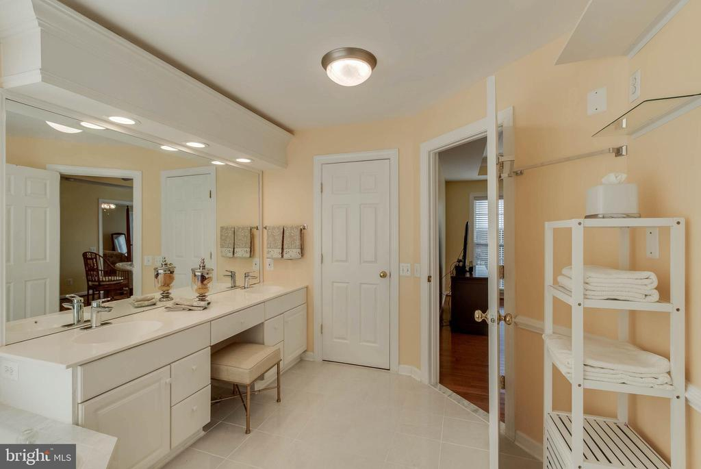 Double Vanities - 25565 UPPER CLUBHOUSE DR, CHANTILLY