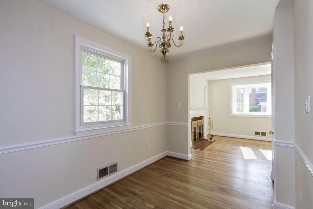 Chairrail moldings and hardwood flooring - 4603 FRANKLIN ST, KENSINGTON