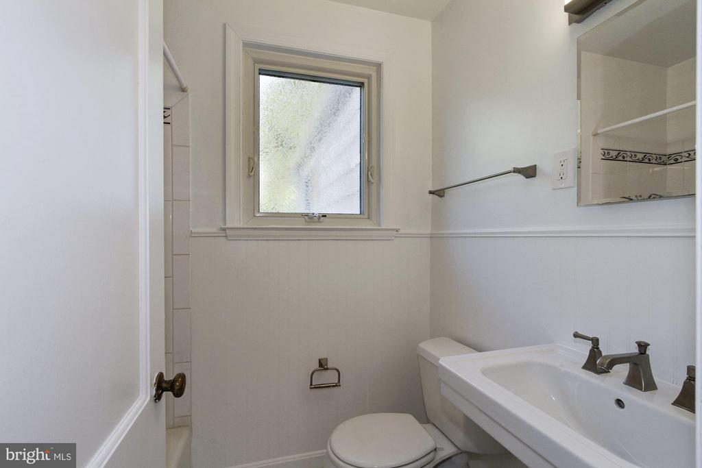 Main floor full bath - 4603 FRANKLIN ST, KENSINGTON