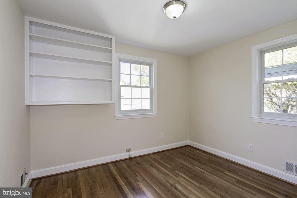 Built in shelves for your treasured items - 4603 FRANKLIN ST, KENSINGTON