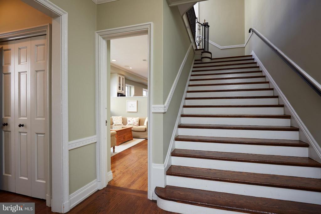 Family living spaces on main level or stairs up - 1719 19TH ST NW, WASHINGTON