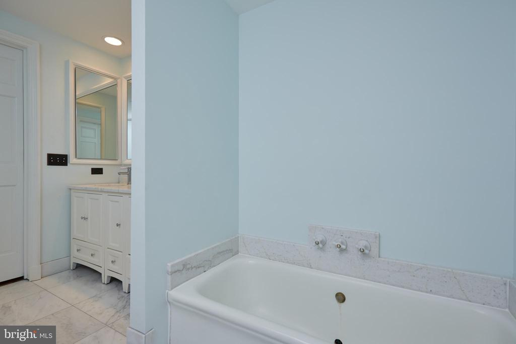 Separate master bath - 1719 19TH ST NW, WASHINGTON
