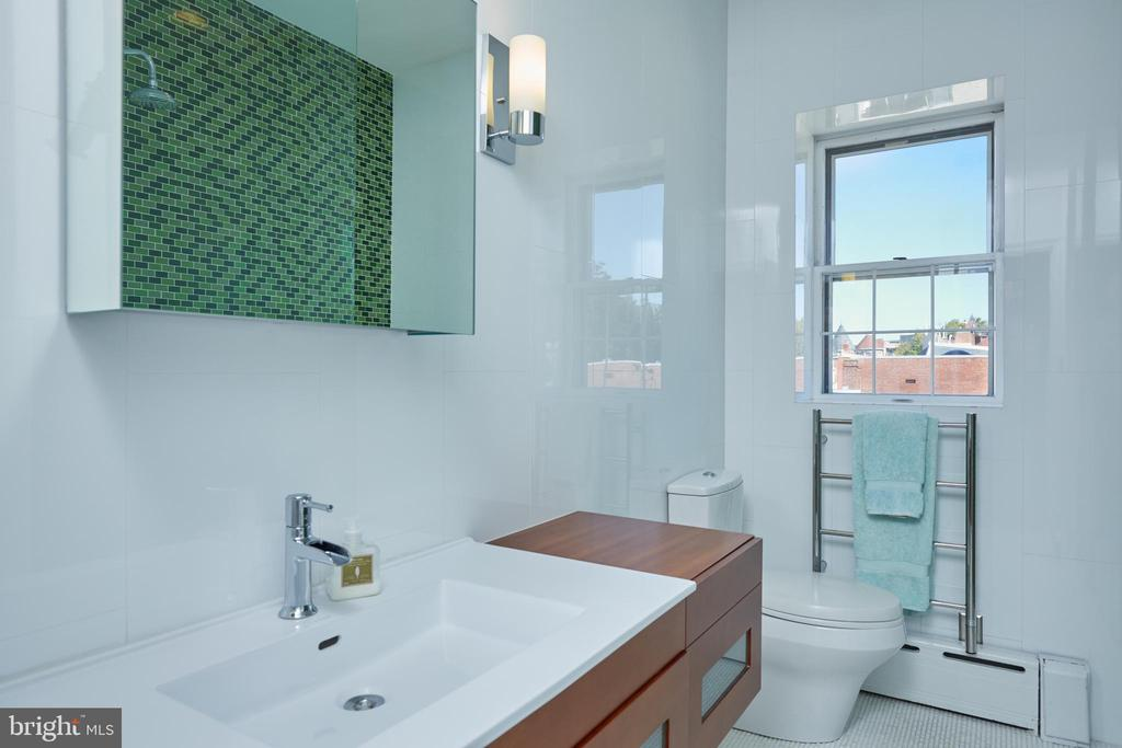 2nd full bath on 3rd level - 1719 19TH ST NW, WASHINGTON