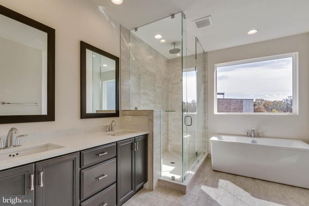 Owner's bath- double vanity, freestanding bath tub - 23182 HAMPTON OAK TER, ASHBURN