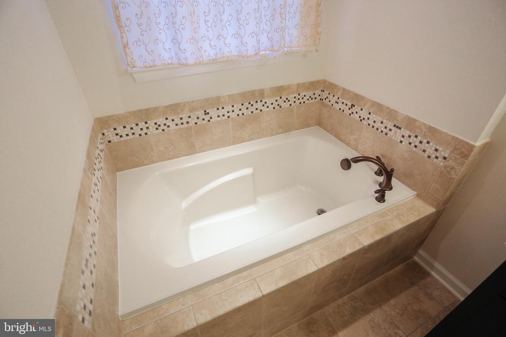 Master Bath With Bathtub - 22862 LACEY OAK TER, STERLING
