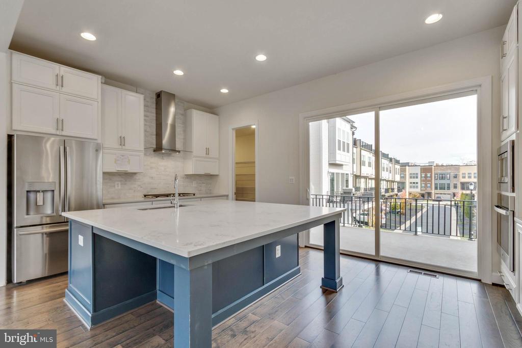 Kitchen opens to terrace - 23182 HAMPTON OAK TER, ASHBURN