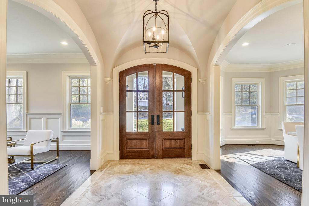 Elegant Entry Foyer with arched openings - 1070 VISTA DR, MCLEAN