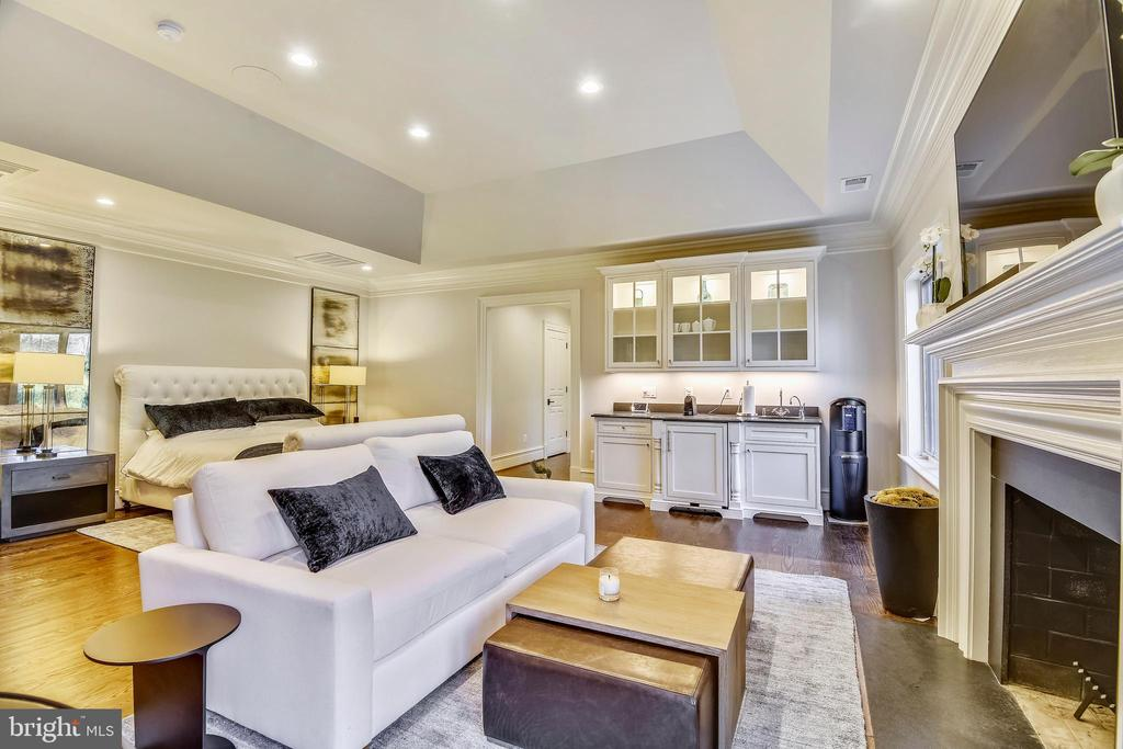 Master Suite with Fireplace and Breakfast/bar - 1070 VISTA DR, MCLEAN