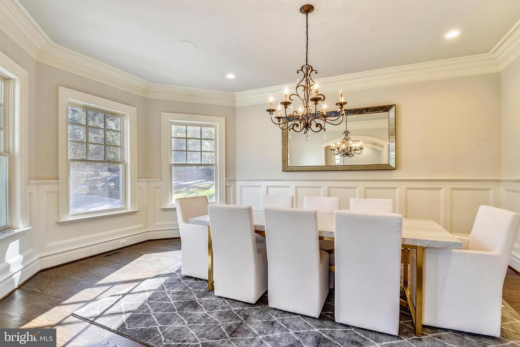 Gracious banquet like Dining Room - 1070 VISTA DR, MCLEAN