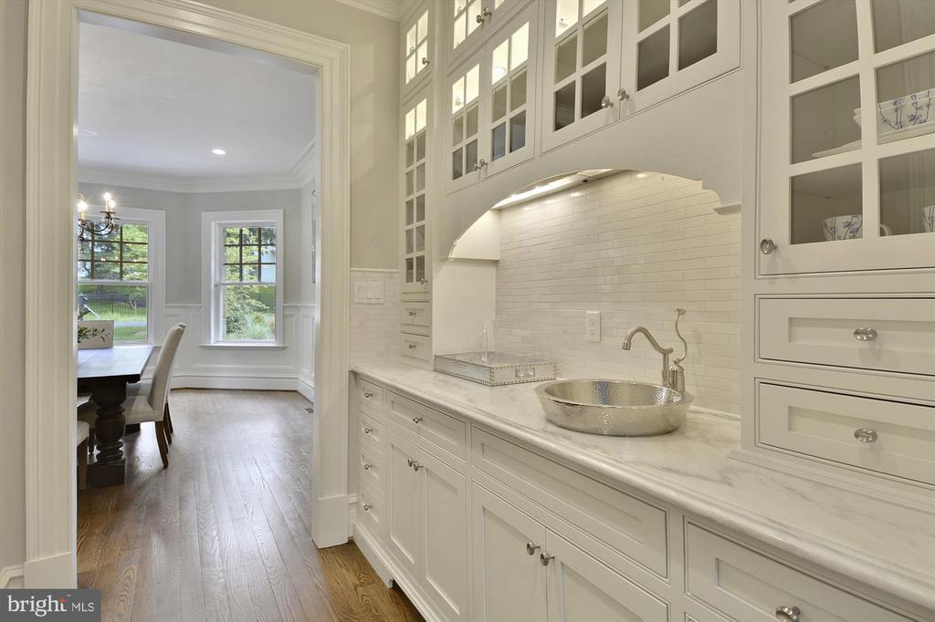 Elegant butler's pantry/ bar - 1070 VISTA DR, MCLEAN