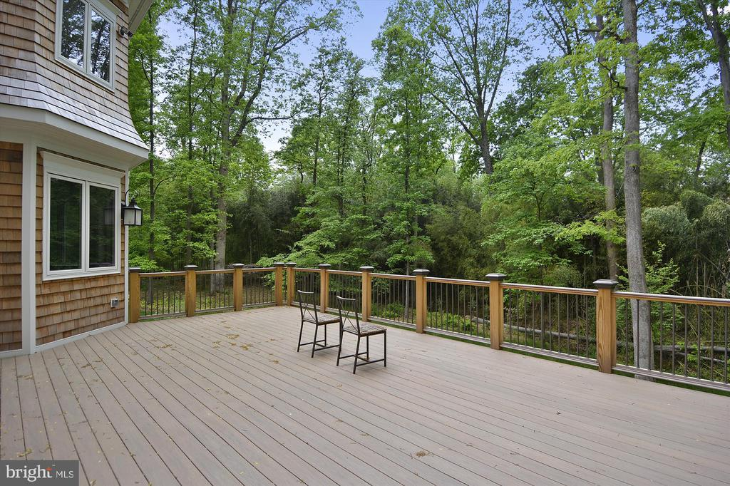 Spacious and serene Deck-- so very private! - 1070 VISTA DR, MCLEAN