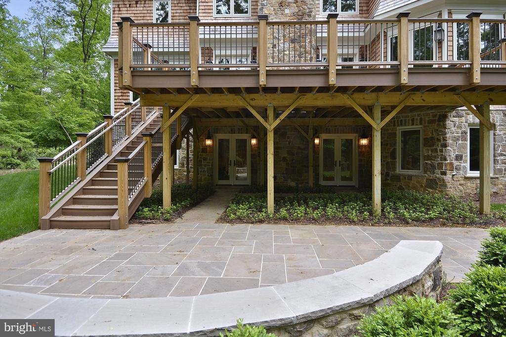 Spacious Deck and Patio in a private back yard - 1070 VISTA DR, MCLEAN