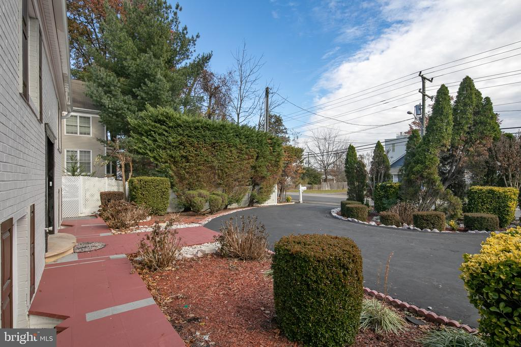 An Oasis Right off Rt 7 Minutes to Tysons - 7138 SHREVE RD, FALLS CHURCH