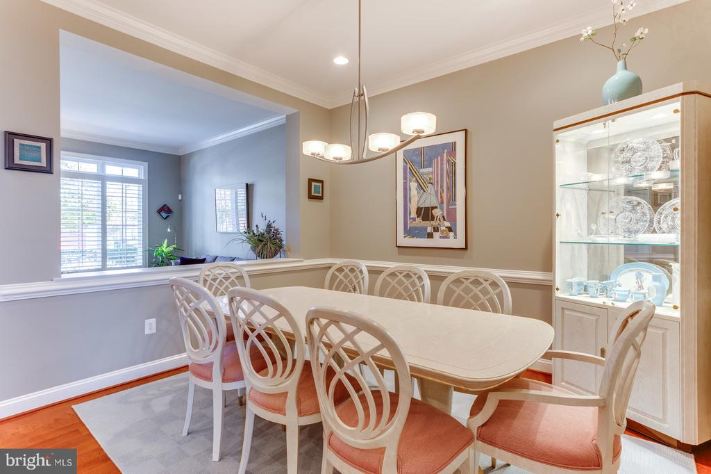 The dining room is accented with crown molding - 18375 FAIRWAY OAKS SQ, LEESBURG