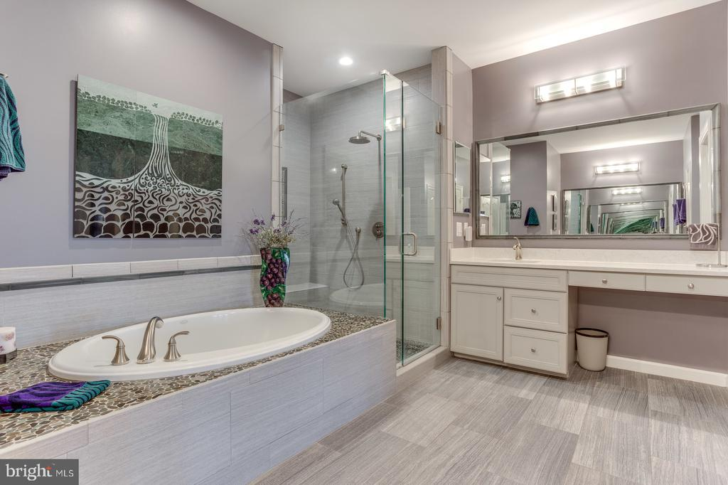 Master bath with soaking tub and separate shower - 18375 FAIRWAY OAKS SQ, LEESBURG