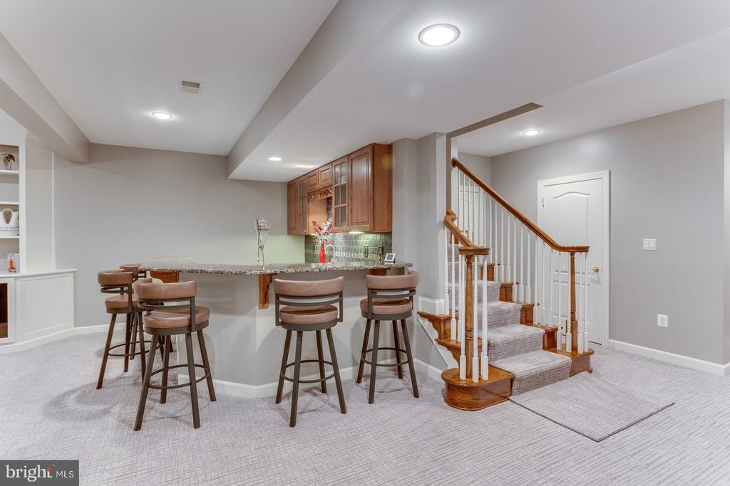 Plenty of room for your guests to enjoy the bar - 18375 FAIRWAY OAKS SQ, LEESBURG