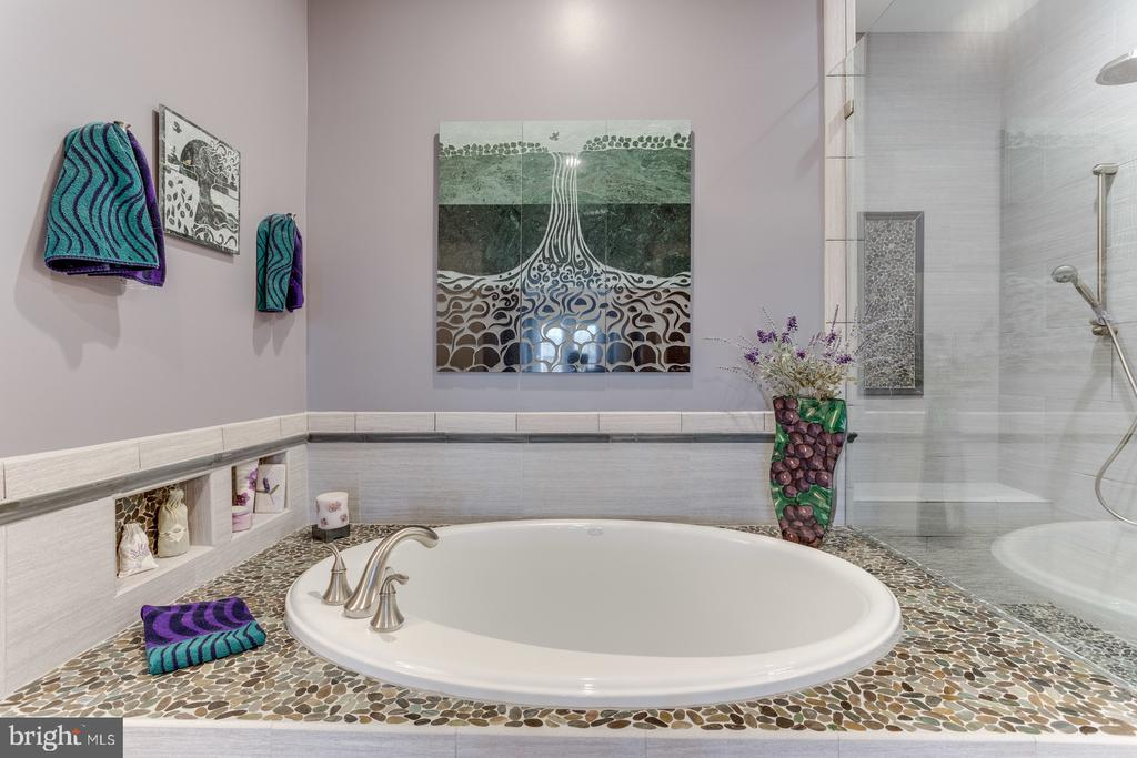 Soaking tub with custom tile work decking - 18375 FAIRWAY OAKS SQ, LEESBURG