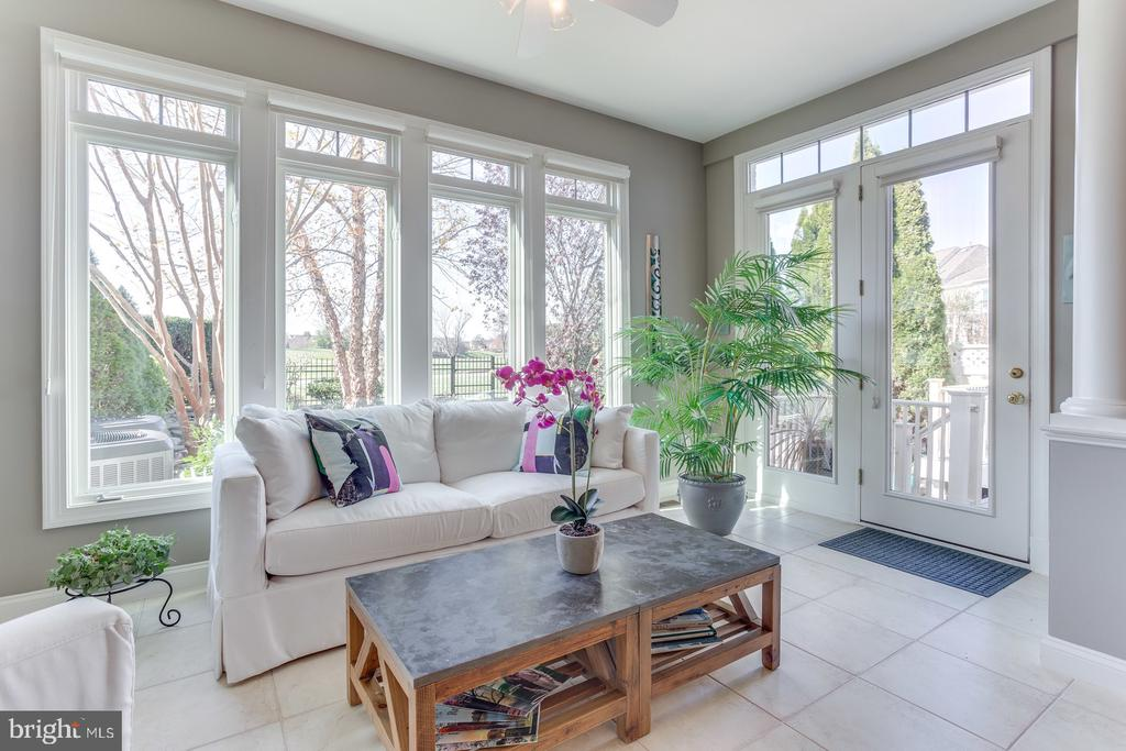 Wall of windows is perfect for your plants - 18375 FAIRWAY OAKS SQ, LEESBURG