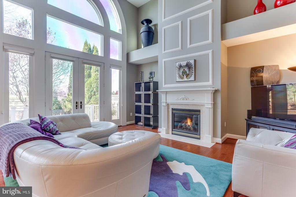 The gas fireplace is the center focal point - 18375 FAIRWAY OAKS SQ, LEESBURG