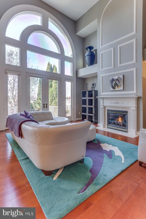 The stunning over sized window in the family room - 18375 FAIRWAY OAKS SQ, LEESBURG