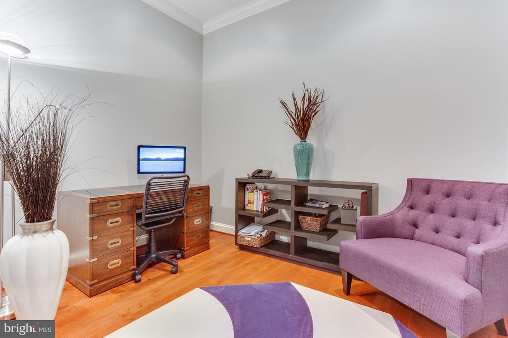 The private main floor office - 18375 FAIRWAY OAKS SQ, LEESBURG