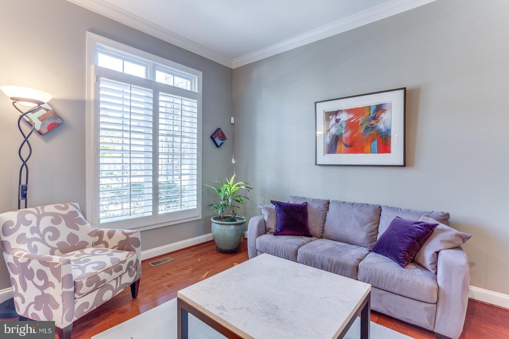 Open living room with hardwood floors - 18375 FAIRWAY OAKS SQ, LEESBURG
