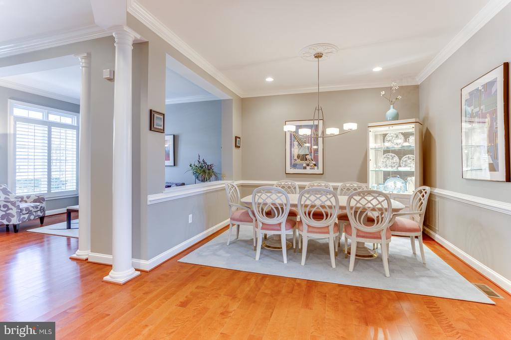 The hallway connects the living and dining rooms - 18375 FAIRWAY OAKS SQ, LEESBURG