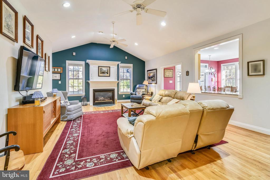 Spacious yet cozy Family Room is Open to Kitchen - 916 MONROE ST, HERNDON