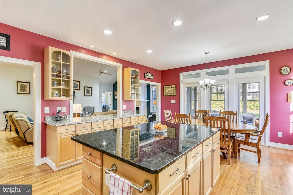 Plenty of Dual Toned Granite Countertops too! - 916 MONROE ST, HERNDON