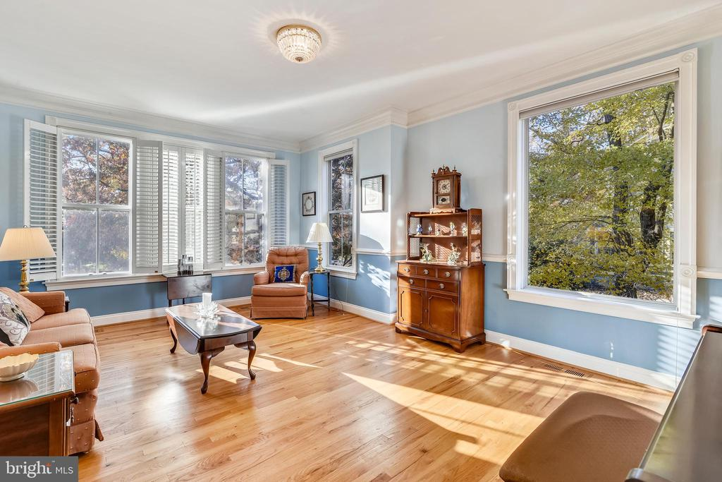 Notice the sun streaming in and warm hardwoods - 916 MONROE ST, HERNDON