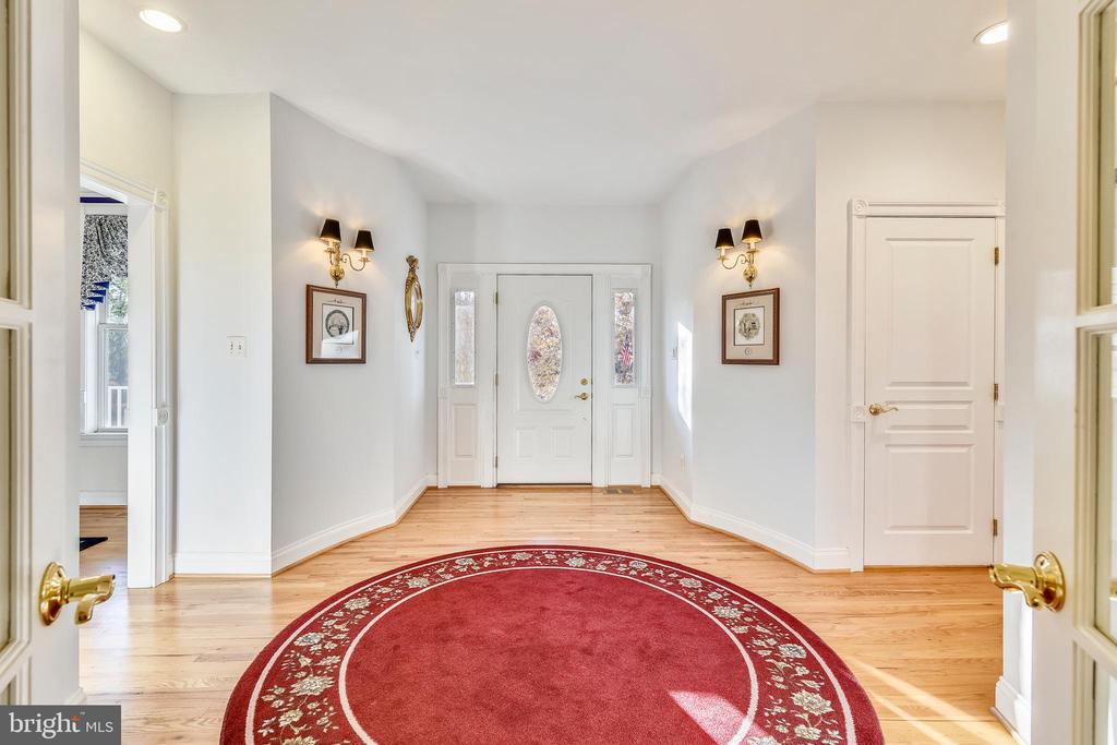 What an entry!  Welcome Home! SEE VIRTUAL TOUR! - 916 MONROE ST, HERNDON