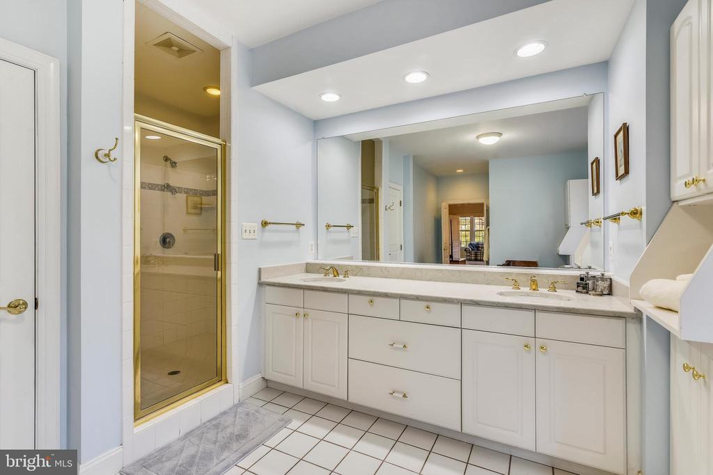 Dual sinks and separate water closet too! - 916 MONROE ST, HERNDON