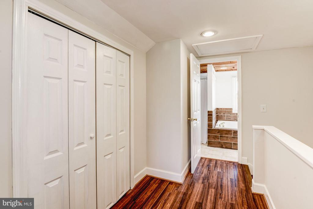 Full master bedroom and bath upstairs - 10 HIGH ST, ROUND HILL