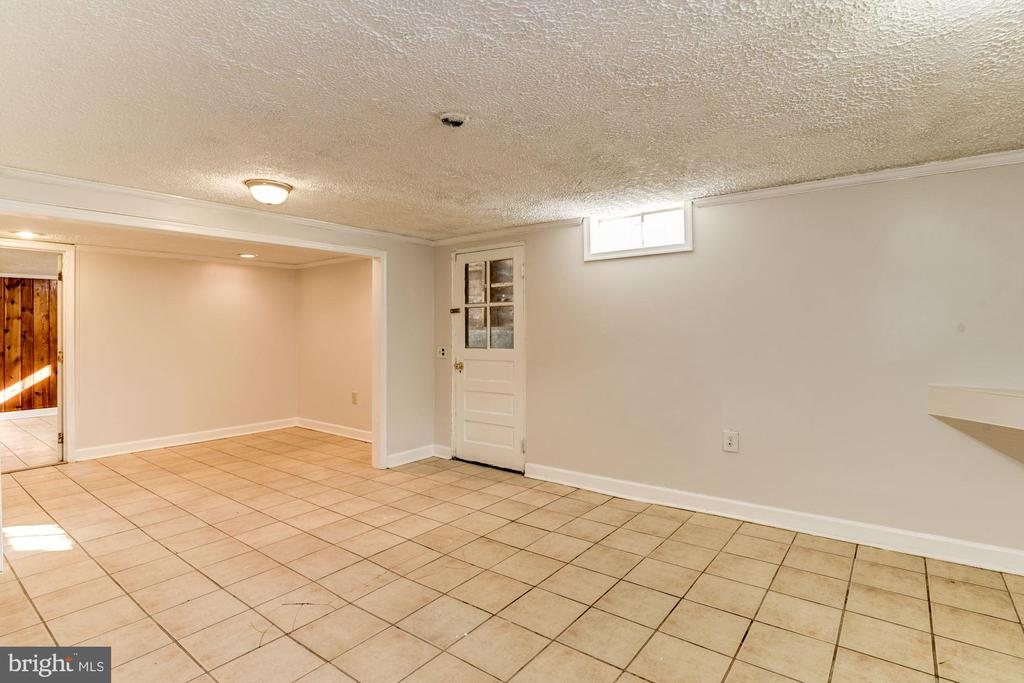 Basement has additional living space - 10 HIGH ST, ROUND HILL