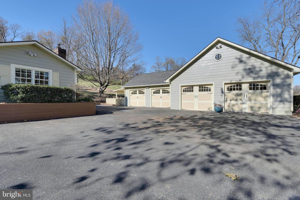 4 car detached garage PLUS 4-6 cars parking space - 669 APPLE PIE RIDGE RD, WINCHESTER