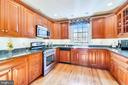 Impressive kitchen with upgrade appliances - 669 APPLE PIE RIDGE RD, WINCHESTER